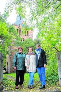 Drei von vier: Monika Knobloch, Constanze von Schlippenbach und Elisabeth Baumgart (von links) stellen den Weihnachtsmarkt auf die Beine. Mit dabei ist auch Marlen Matthes. Foto: Judith Melzer-Voigt